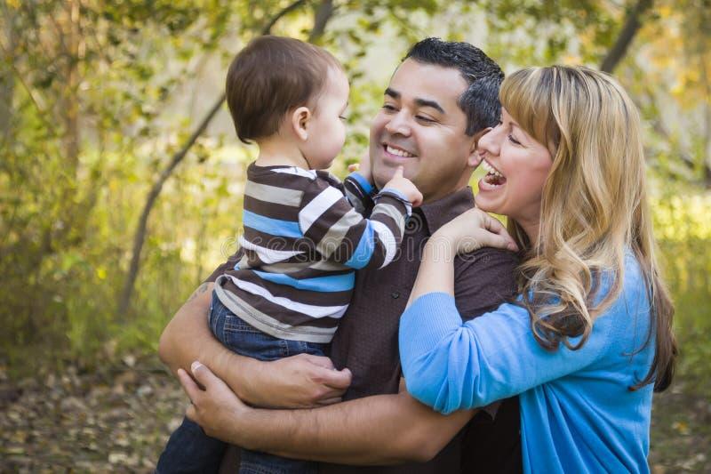 Etnisk familj för lycklig blandad Race som leker i parkera royaltyfri bild