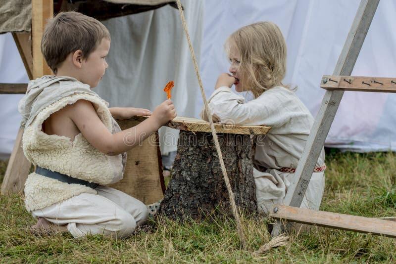 Etnisk festival av forntida kultur liv av en medeltida by Förlage av bönder och krigare arkivbilder