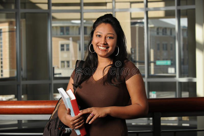 Etnisk högskolestudent Inside Building royaltyfri foto