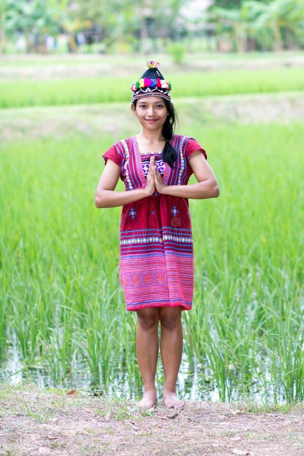 Etnisk kvinna i traditionell klänninghälsningsawasdee royaltyfri bild