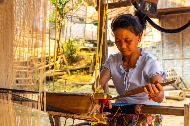 Etnisk minoritet förser med kloaker Laos royaltyfri foto