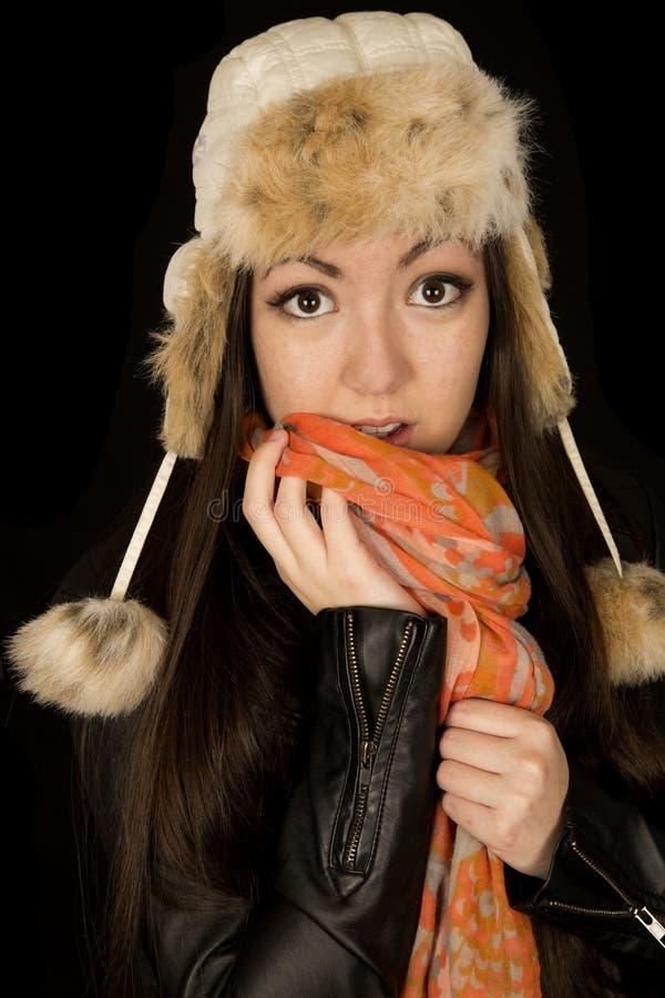 Etnisk tonårig flicka som bär en vinterhatt och halsduk arkivfoton