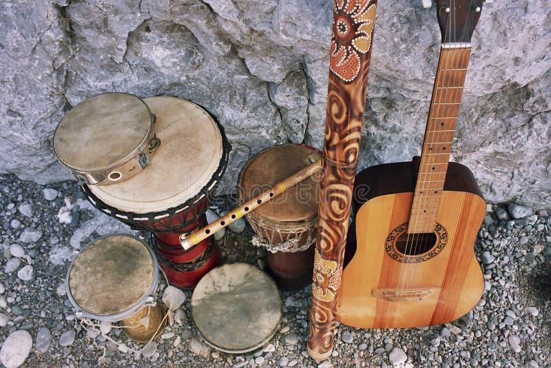 Etniska akustiska musikinstrument arkivbild