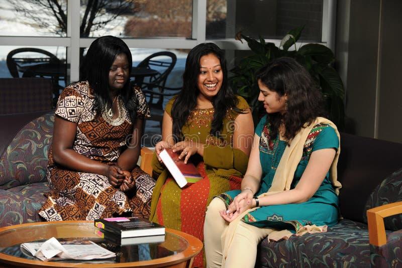 etniska kvinnliga deltagare för kläder royaltyfri foto
