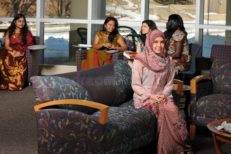 etniska kvinnliggruppdeltagare arkivbild