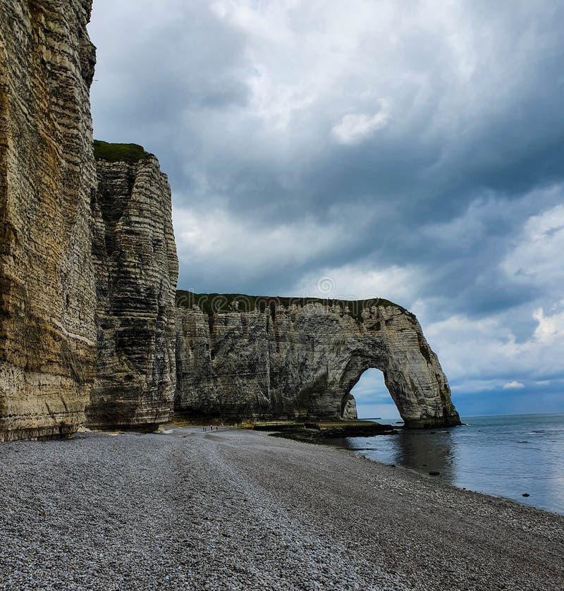 Etretat和美丽的著名海滩,诺曼底,法国壮观的自然白色峭壁  库存照片