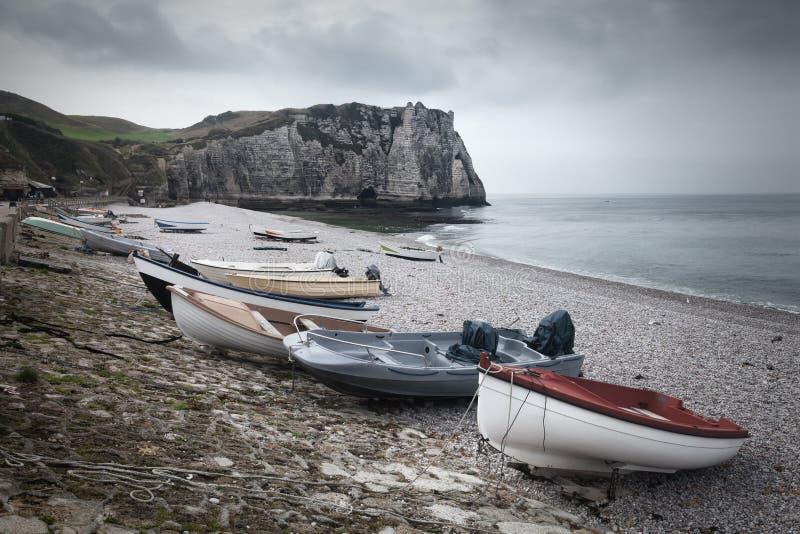 Etretat峭壁和海滩在诺曼底,法国 免版税库存照片