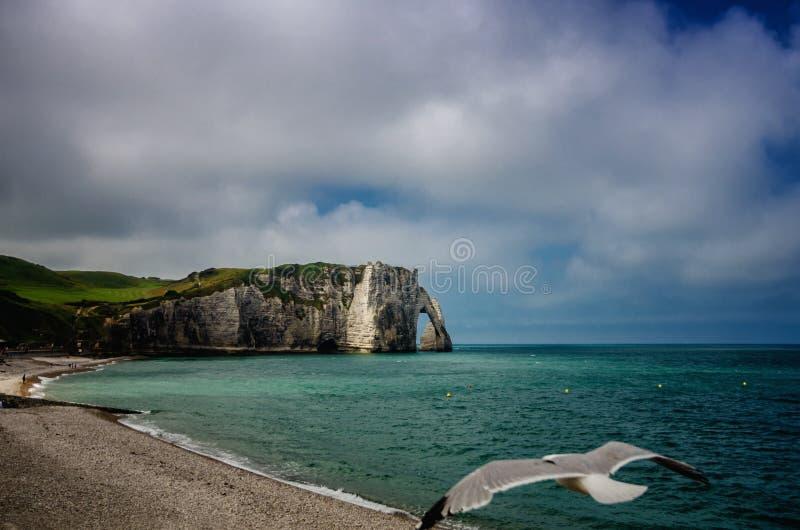 Etretat är bästa bekant för dess vita kritaklippor, inklusive naturliga bågar Normandy Frankrike, Europa royaltyfria bilder