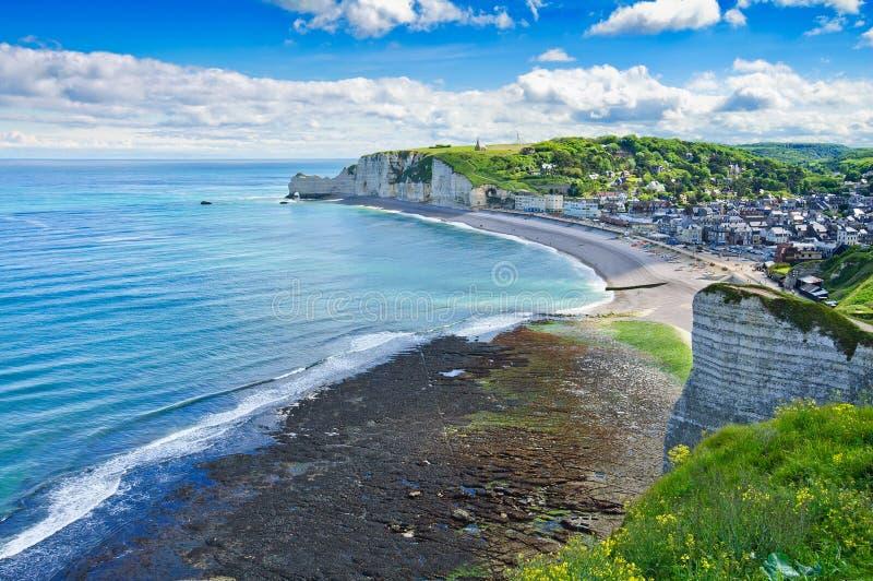 Etretat by. Flyg- sikt. Normandy Frankrike. royaltyfri fotografi