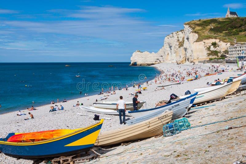 ETRETAT, FRANCJA -: Etretat faleza i swój plaża z niewiadomym peo obraz royalty free