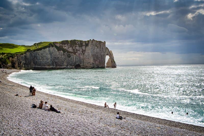 Etretat, Frankrijk - Juni 29, 2012 Kustlijn van Engels Kanaal in Normandië met aardbogen stock foto