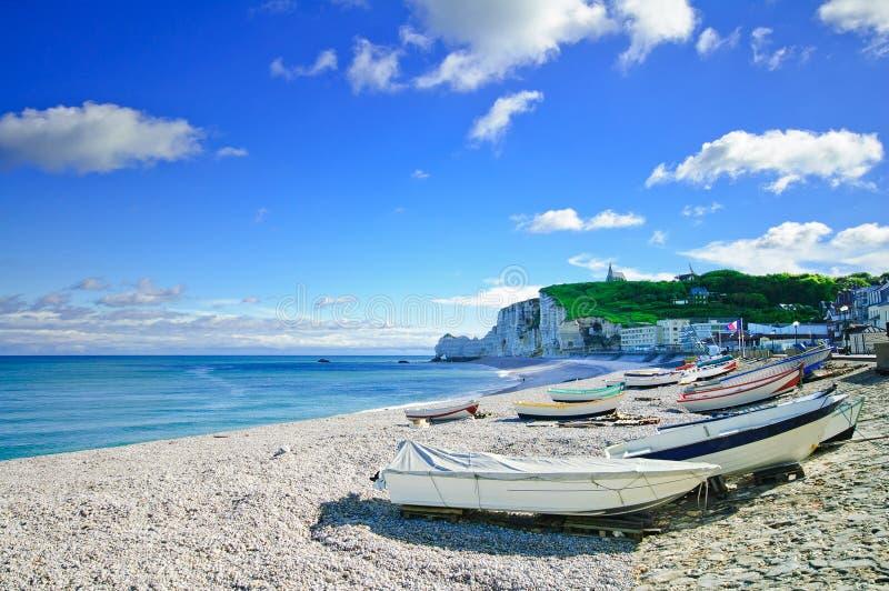 Etretat, strand och fartyg. Normandy Frankrike. royaltyfri foto