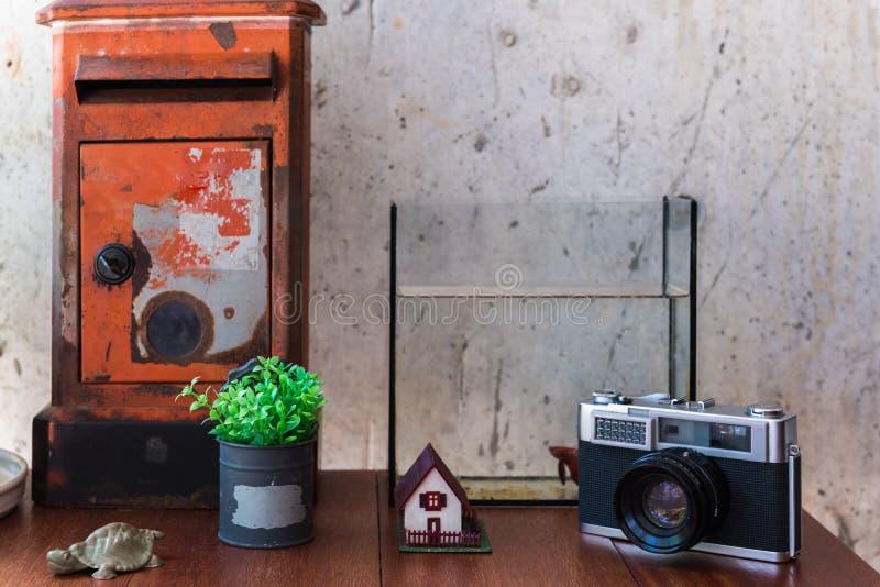 Etro de la cámara y del buzón con rústico de la tabla foto de archivo