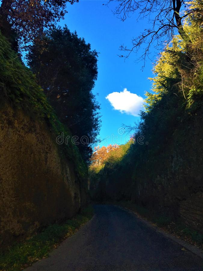 Etruscan Tagliata在维泰博市,意大利 街道、云彩、树、光、历史和魔术 库存图片