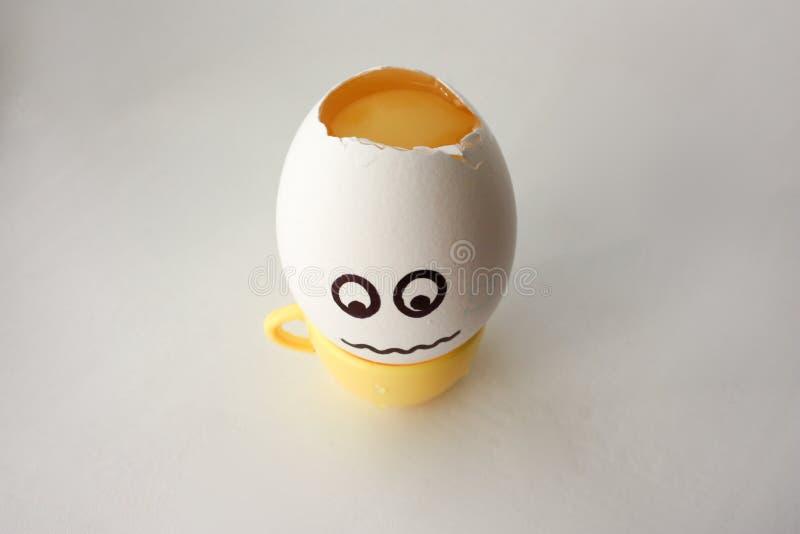 Ett ägg med en framsida Roligt och sött Huvudvärk royaltyfri bild