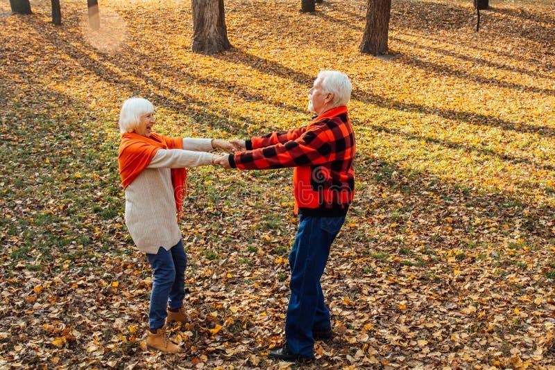 Ett äldre par dansar Sväng gammal kvinna Rörlighet är livet Jag känner mig ung igen royaltyfria foton