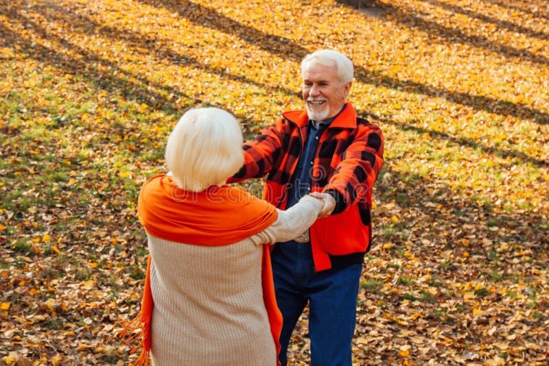 Ett äldre par dansar Sväng gammal kvinna Rörlighet är livet Jag känner mig ung igen arkivbild