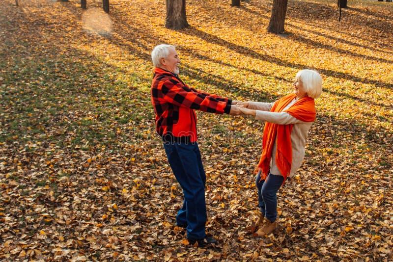 Ett äldre par dansar Sväng gammal kvinna Rörlighet är livet Jag känner mig ung igen fotografering för bildbyråer