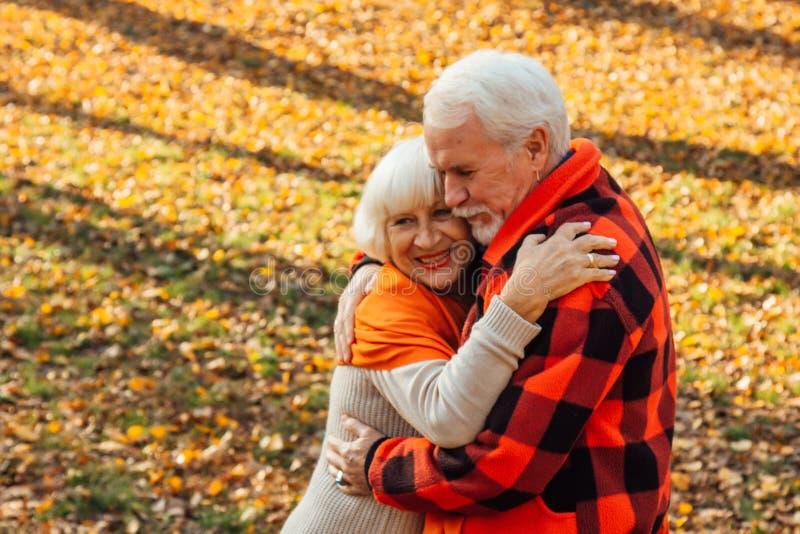 Ett äldre par dansar Sväng gammal kvinna Rörlighet är livet Jag känner mig ung igen arkivfoto
