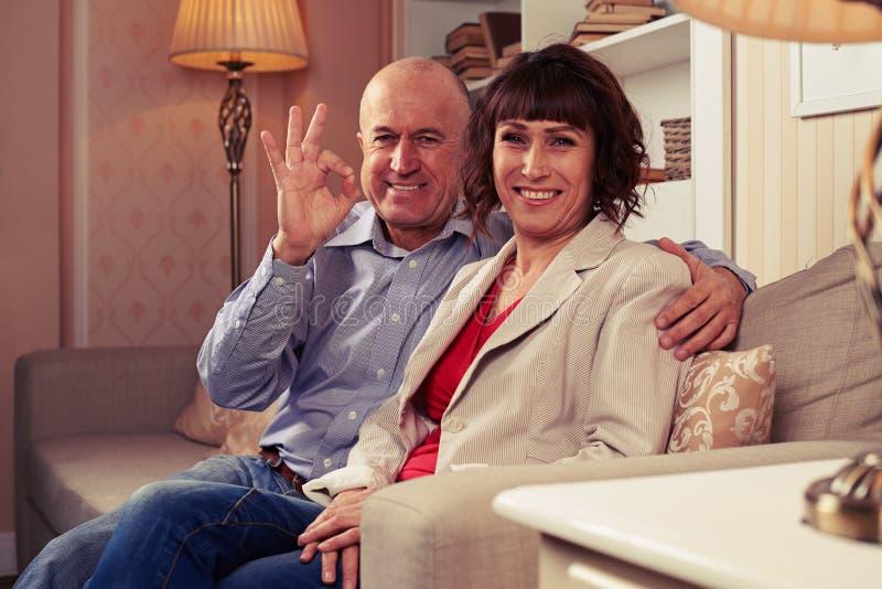 Ett älska par som tycker om deras tid royaltyfri fotografi