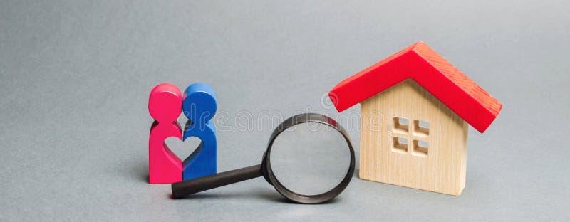 Ett älska par står nära ett trähus Begreppet av att finna ett hus eller en lägenhet för en ung familj _ arkivfoto