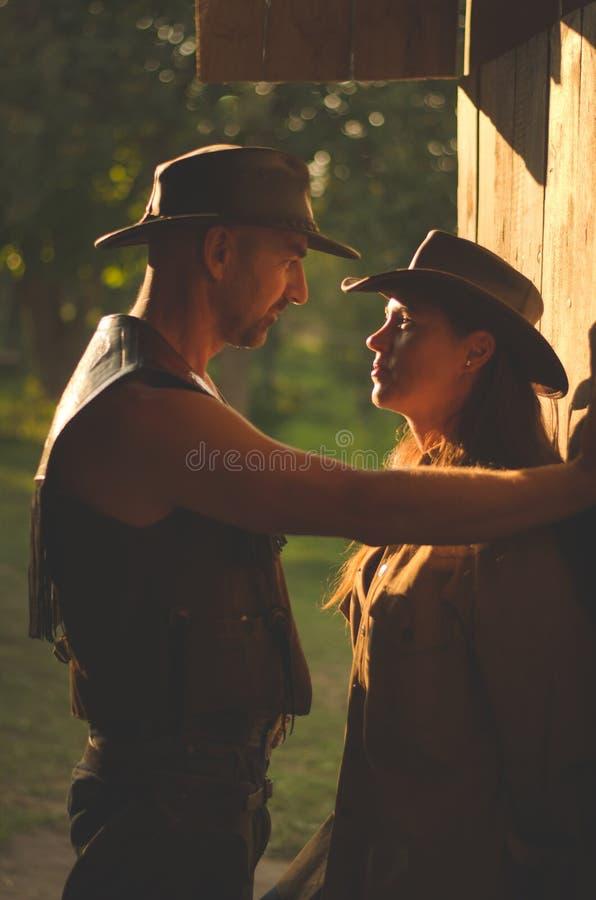 Ett älskat par på stallet cowboystil Förälskelse royaltyfri bild