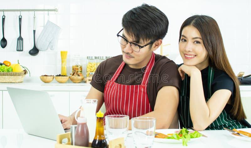 Ett älskvärt par som har frukosten, medan arbeta i morgonen arkivfoton
