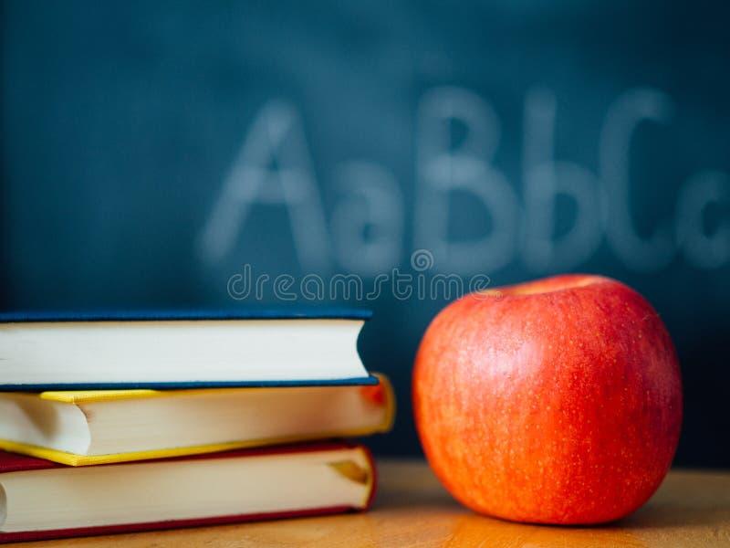Ett äpple och böcker för skola royaltyfri fotografi