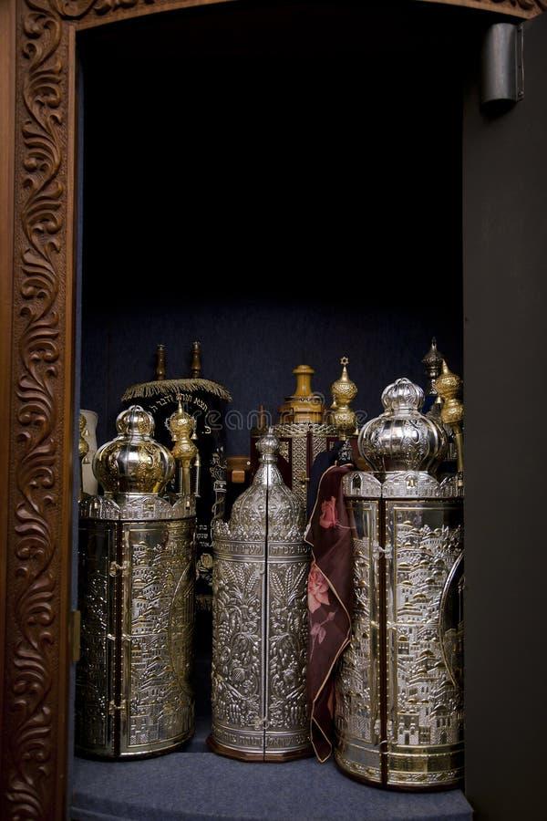 Torah bläddrar kabinett arkivfoto