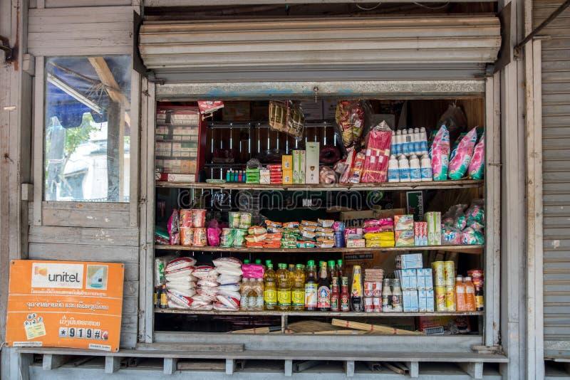 Ett öppet ställer ut - fönstret på ett trä shoppar arkivbilder