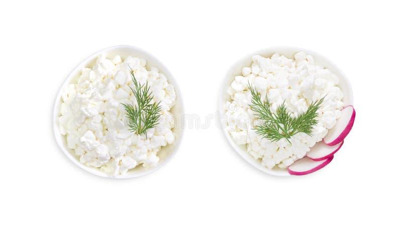 Ett över huvudet foto av ny naturlig keso, två vita keramiska bunkar som isoleras på vit Grön dill Sunt mål för organisk eco arkivbild