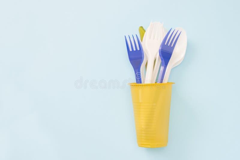 Ett över huvudet foto av plast- avskräde Plast- disponibel bordsservis, sked, gafflar i kopp Nollavfalls, miljöbelastning spara arkivbild