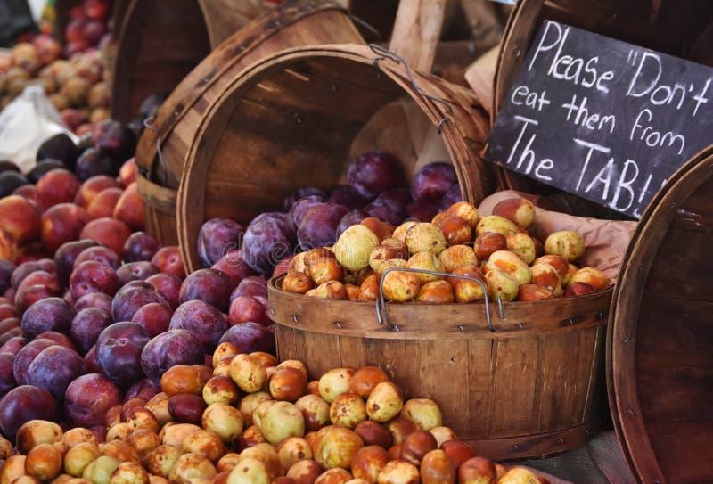 Ett överflöd av persikor, äpplen och plommoner royaltyfria foton