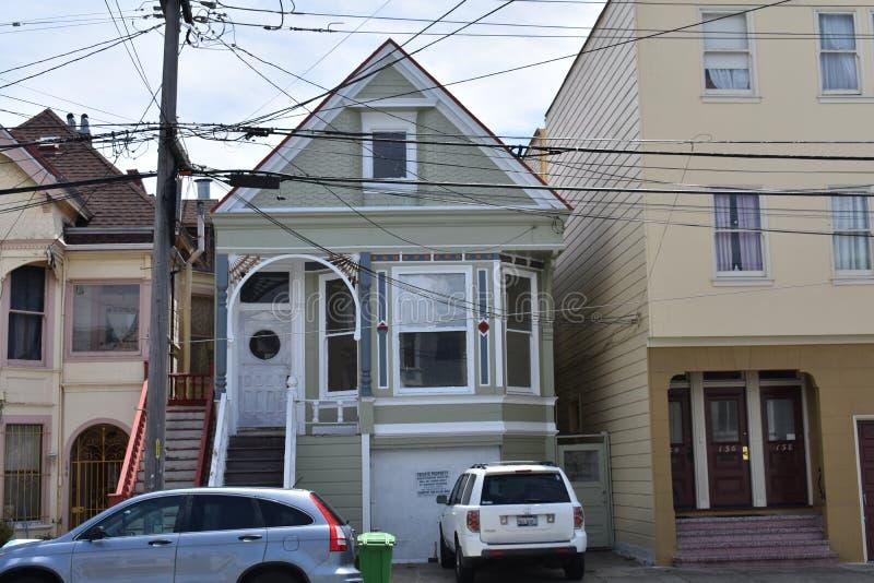 Ett övergett enkelt familjmång--berättelse hus i San Francisco, 3 arkivbild