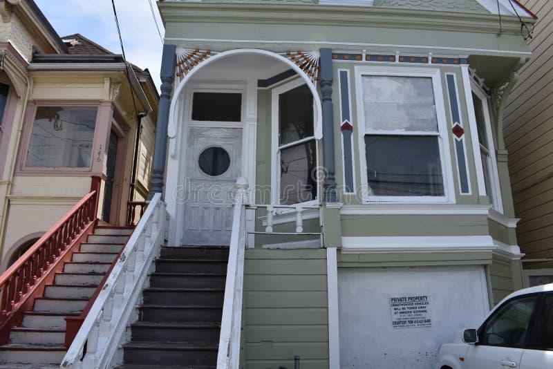Ett övergett enkelt familjmång--berättelse hus i San Francisco, 2 royaltyfria foton