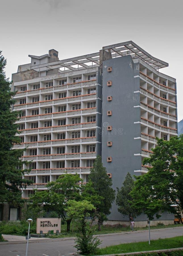 Ett övergett hotell som placeras i ett härligt bergområde av Rumänien royaltyfri fotografi