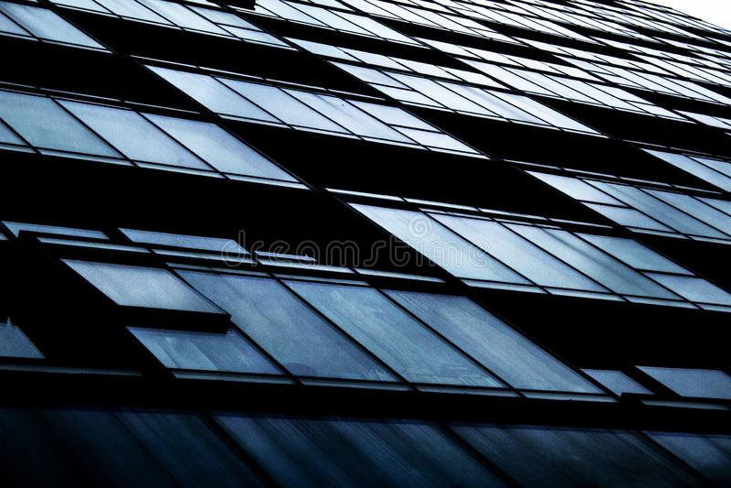 Ett abstrakt skott av andelslägenhetfönster och balkonger royaltyfri bild
