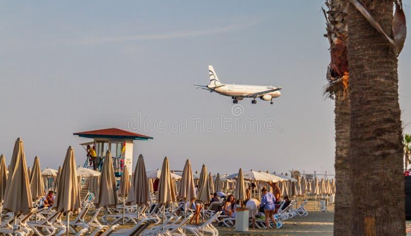 Ett Aegean Airlines flygbussflygplan ovanför bef för McKenzie strand precis royaltyfri foto