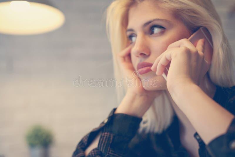 ett affärskvinnafelanmälan som gör telefonen royaltyfri foto
