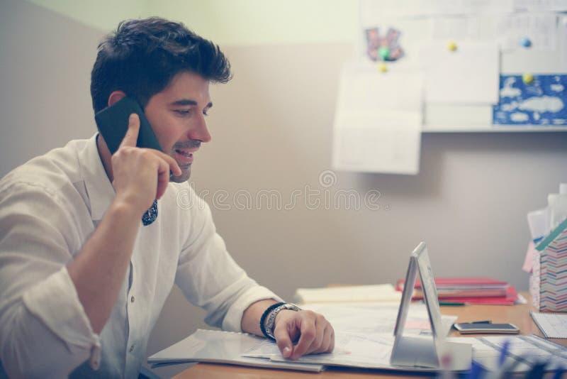 ett affärsmanfelanmälan som gör telefonen arkivfoton
