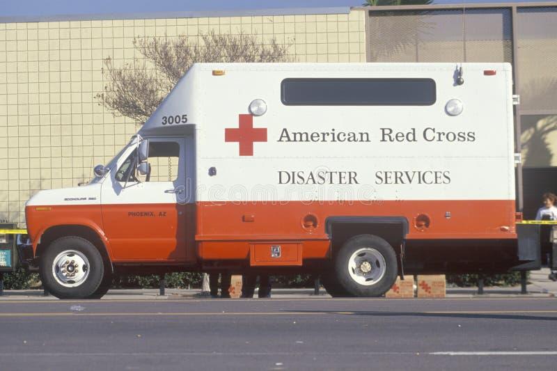 Ett amerikanskt medel för Röda korsetkatastrofservice i Los Angeles efter jordskalvet 1994 arkivfoto