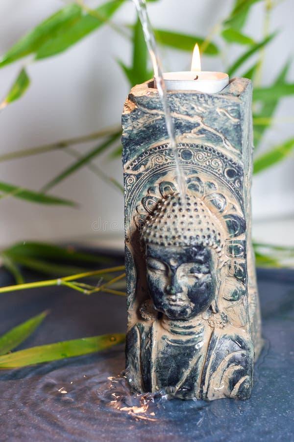 Ett andligt ögonblick med en blå bouddahmonolit royaltyfri fotografi
