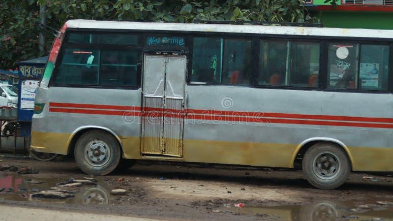 Ett anseende för lokal buss bredvid vägen fotografering för bildbyråer