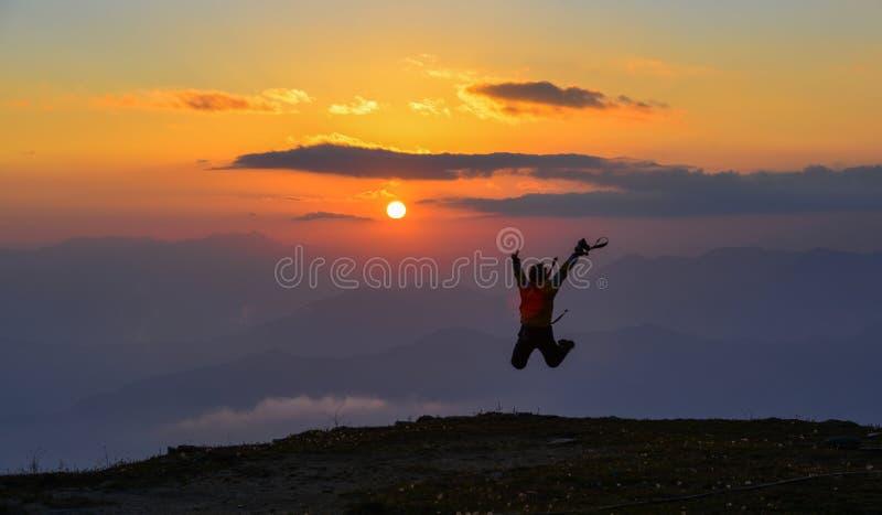 Ett anseende för ung kvinna på berget arkivfoton