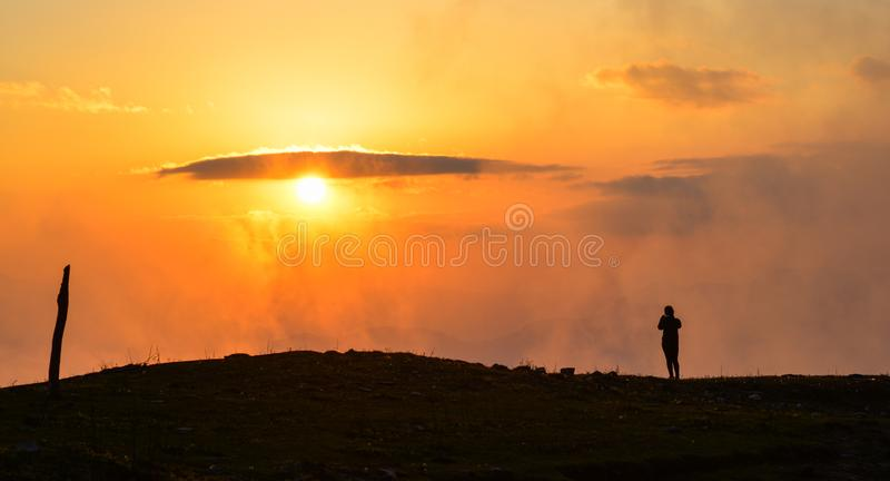 Ett anseende för ung kvinna på berget royaltyfria bilder