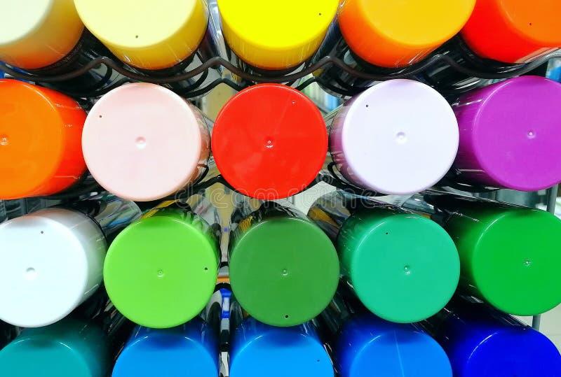Ett antal mång--färgade ballonger med sprutmålningsfärg arkivbild