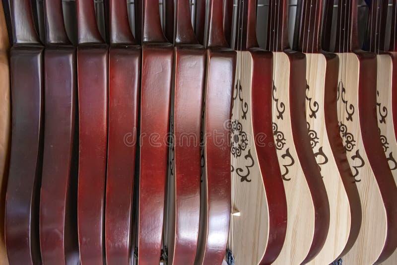Ett antal nationell musikinstrumentkomuz i den östliga marknaden Resor kyrgyzstan royaltyfria foton