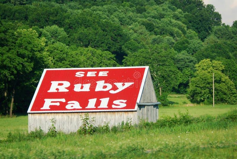 Ett av många tecken ser Ruby Falls på sidan av en ladugård arkivfoton