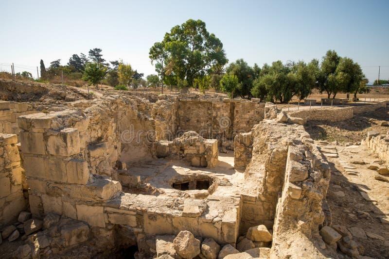 Ett av rummen med ett stort hål i golvet i forntida fördärvar av den Amathus staden, Limassol royaltyfria foton