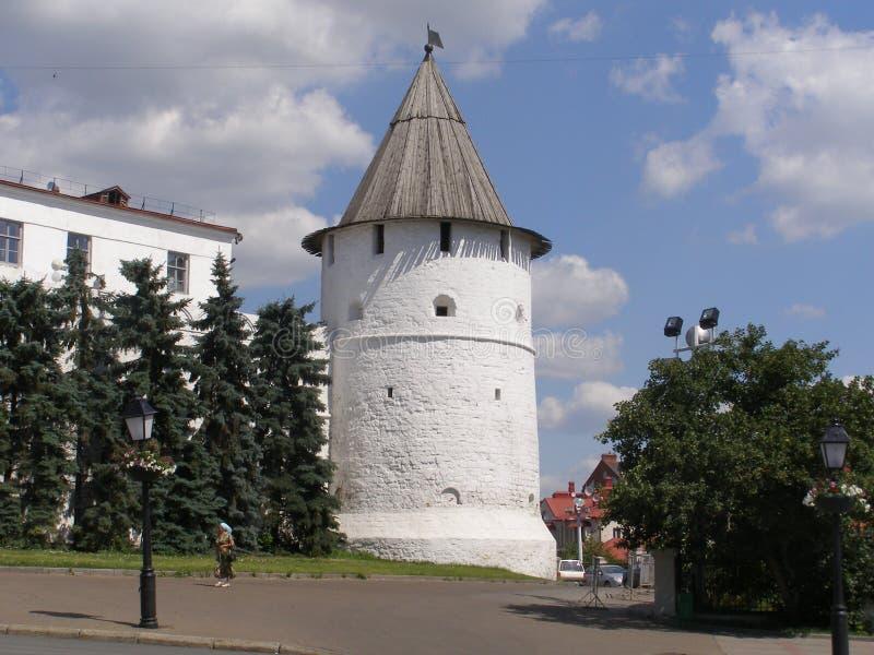 ett av tornen av den Kazan Kreml royaltyfria foton